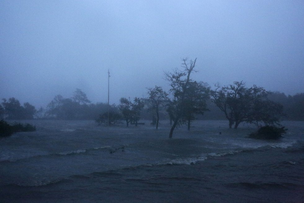 Antes del amanecer, fuertes vientos y mareas de tormenta del huracán Florence golpean a Swansboro, Carolina del Norte. TOM COPELAND AP