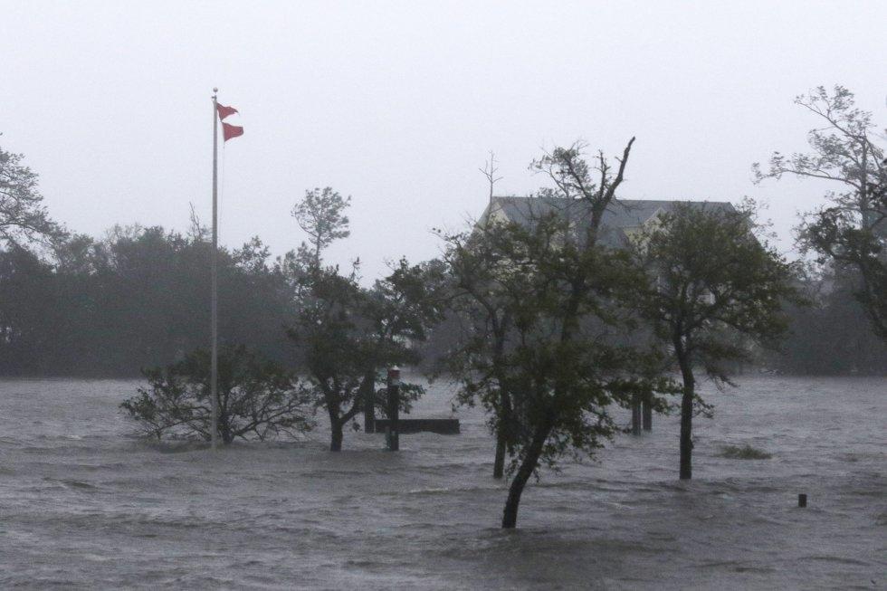 Los fuertes vientos y mareas de tormenta del huracán Florence golpean en Swansbor, Carolina del Norte. TOM COPELAND AP