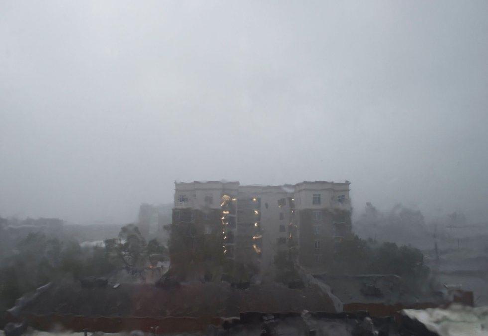 Un edificio se ve a través del cristal de una ventana empañado por las fuertes lluvias en Wilmington, Carolina del Norte. ANDREW CABALLERO-REYNOLDS AFP