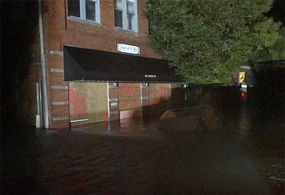 En esta foto publicada por el departamento de policía se pueden ver edificios inundados en el centro de New Bern, Carolina del Norte. AP