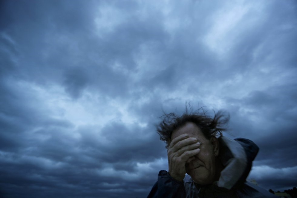Russ Lewis se cubre los ojos de una ráfaga de viento y una explosión de arena cuando el huracán Florence se acerca a Myrtle Beach, Carolina del Sur. DAVID GOLDMAN APVista general de Virginia Beach, mientras el huracán Florence se mueve hacia la costa este