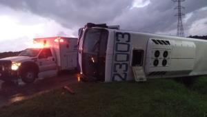 Vuelca autobús con 35 obreros, salen 8 lesionados