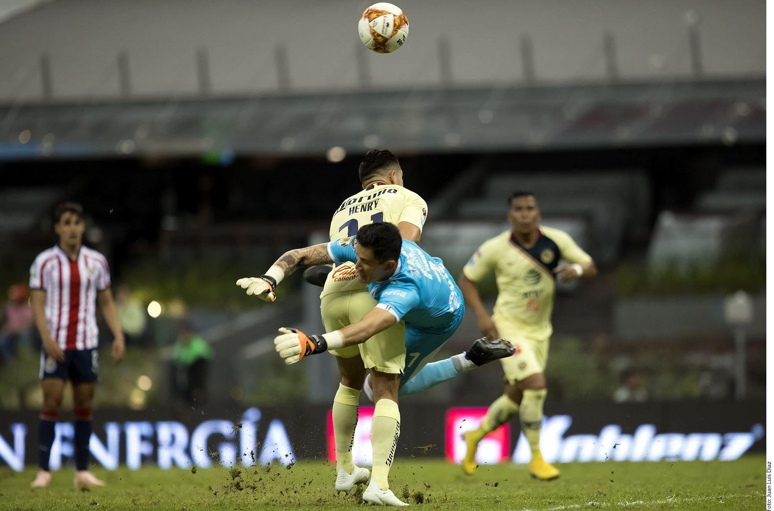 América simplemente se asustó con Raúl Gudiño (azul).