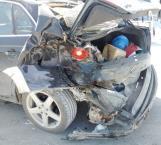 Muere al ser prensado entre autos