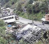Mueren 12 tras volcar autobús