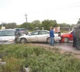 Pavimento mojado es causa de aparatoso choque carretero