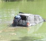 Abandonan en calichera una camioneta