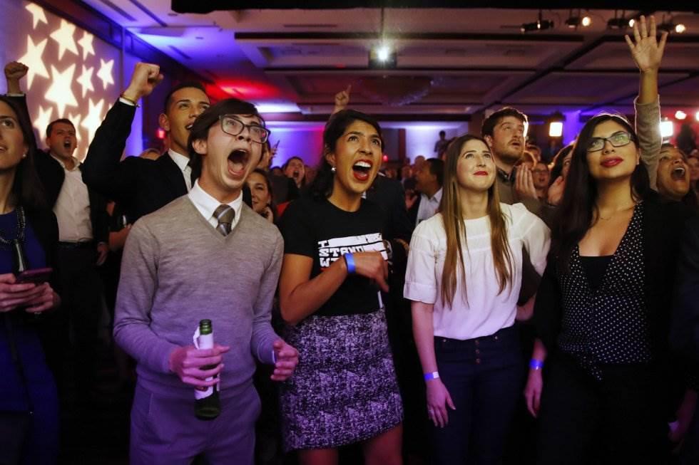 11 Votantes del Partido Demócrata celebran los resultados que se hacen públicos de las elecciones a la Cámara de Representantes, el 6 de noviembre de 2018, en Washington.