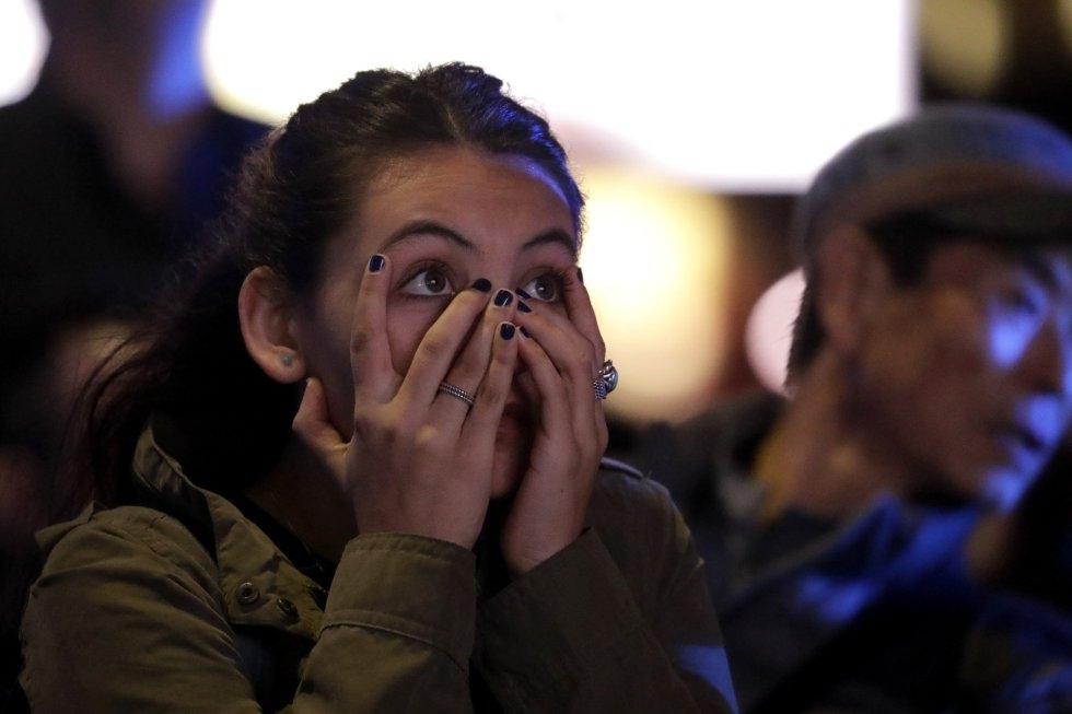 14 Una ciudadana permanece expectante ante el recuento electoral en directo desde la plaza Rockefeller, el 6 de noviembre de 2018, en Nueva York.