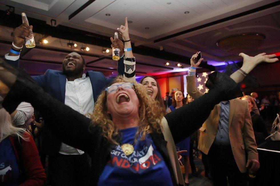 17 Votantes del Partido Demócrata celebran los resultados de las elecciones a la Cámara de Representantes, el 6 de noviembre de 2018, en el hotel Hyatt Regency de Washington, la capital federal.