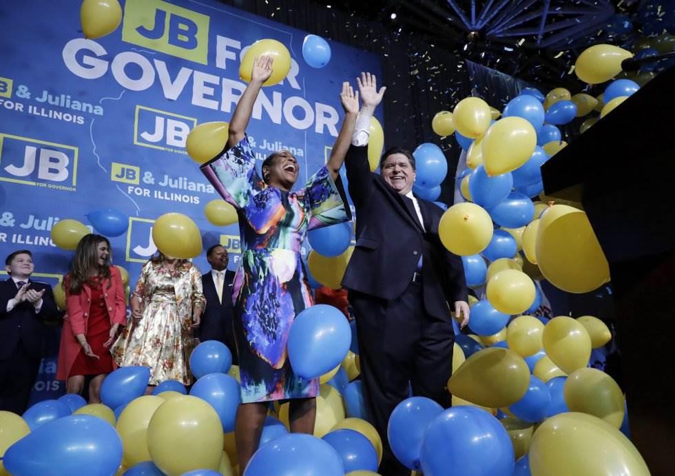 2 Los candidatos demócratas J.B. Pritzker y Juliana Stratton celebran con sus votantes la elección de Pritzker por Illinois frente al republicano Bruce Rauner, el 6 de noviembre de 2018, en Chicago.