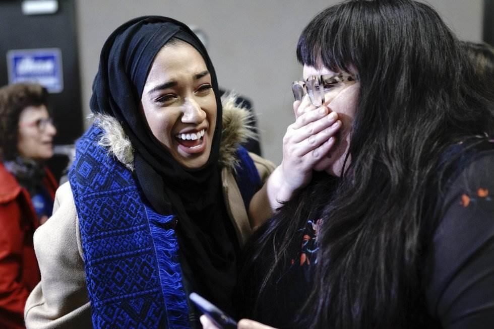 21 Dos votantes celebran la victoria de la candidata demócrata Ilhan Omar, el 6 de noviembre de 2018, en Minneapolis.