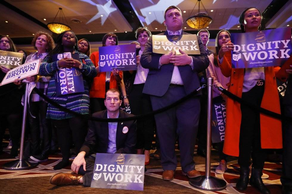 22 Partidarios del senador del Partido Demócrata Sherrod Brown atienden su discurso el 6 de noviembre de 2018 en Columbus, Ohio.