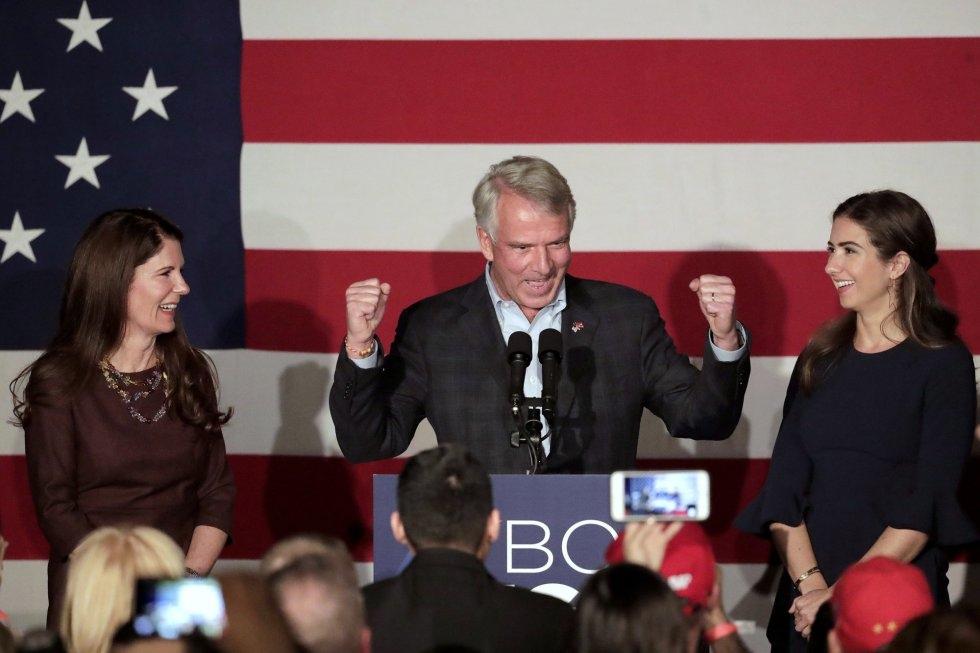 25 El candidato por el Partido Republicano Bob Hugin, junto a su esposa e hija, durante su discurso el 6 de noviembre de 2018, en Mountainside, Nueva Jersey.