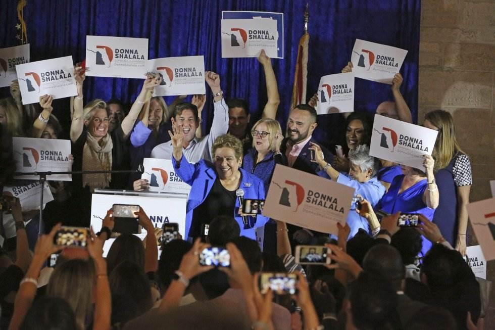 26 La candidata del Partido Demócrata del distrito 27 Donna Shalala, en el centro, celebra su victoria frente a la candidata republicana Maria Elvira Salazar, el 6 de noviembre de 2018 en Coral Gables, Florida.