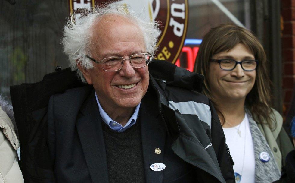 27 El senador demócrata Bernie Sanders posa con la candidata Christine Hallquist en el Ayuntamiento de Saint Albans, Vermont, el 6 de noviembre de 2018.
