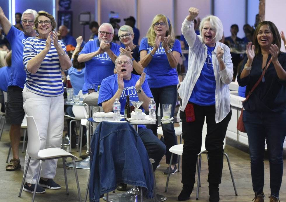 28 Votantes del Partido Demócrata expresan su alegría ante las previsiones de los resultados, el 6 de noviembre de 2018, en Jacksonville, Florida.