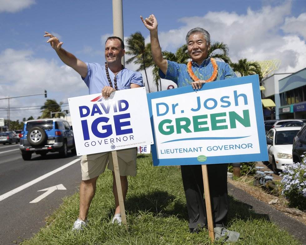 29 El senador demócrata de Hawaii Josh Green, a la izquierda, y el gobernador de Hawaii David Ige saludan a los conductores, el 6 de noviembre de 2018 en Honolulu.