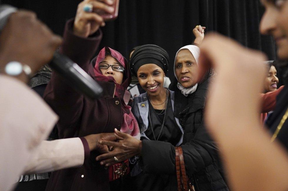 3 La candidata demócrata Ilhan Omar posa para una foto con varias votantes, el 6 de noviembre de 2018, en Minneapolis. Omar podría ser la primera americana-somalí en el Congreso.