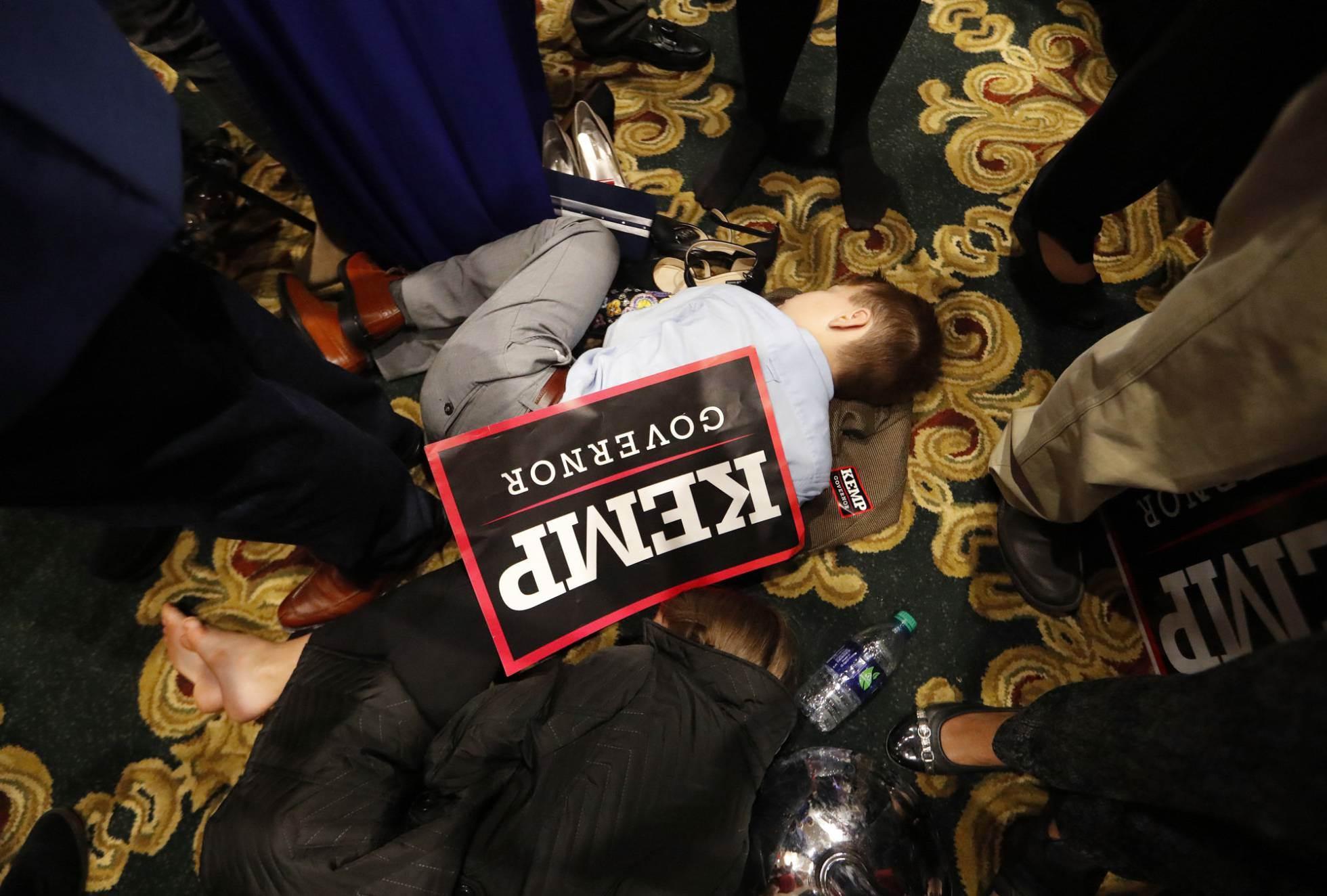 30 Un niño duerme a primera hora del 7 de noviembre de 2018, tras la noche electoral en Athens, Georgia, con una pancarta del candidato republicano a la gobernatura, Brian Kemp.