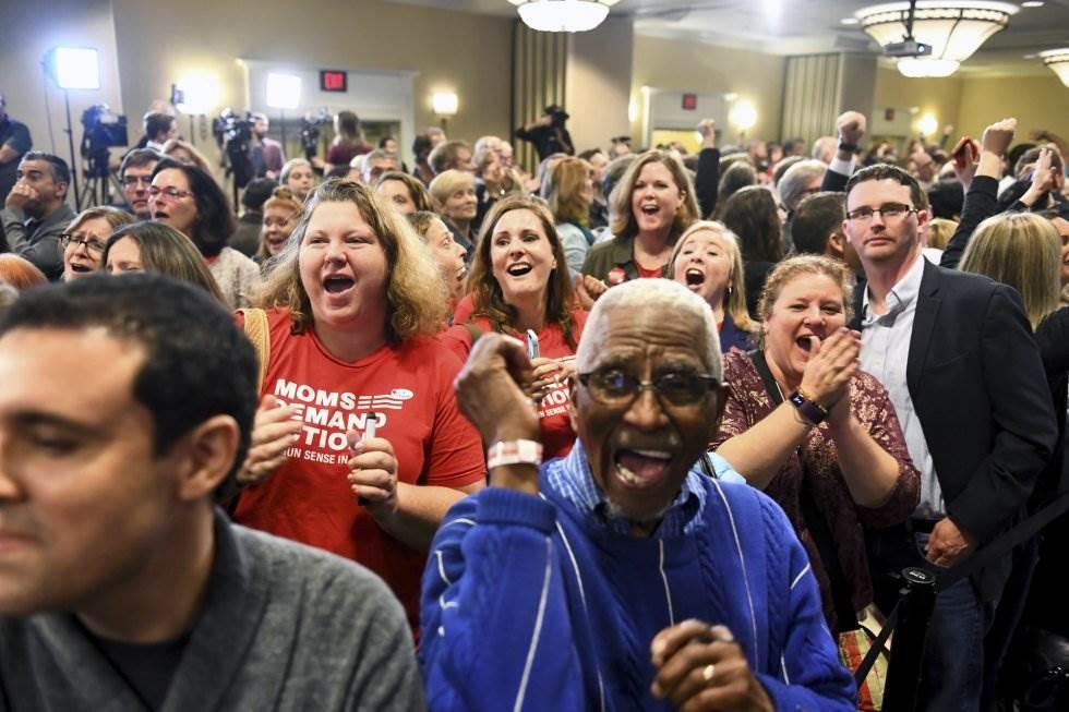5 Partidarios de la candidata demócrata Jennifer Wexton celebran los resultados en Dulles, Virginia, el 6 de noviembre de 2018.