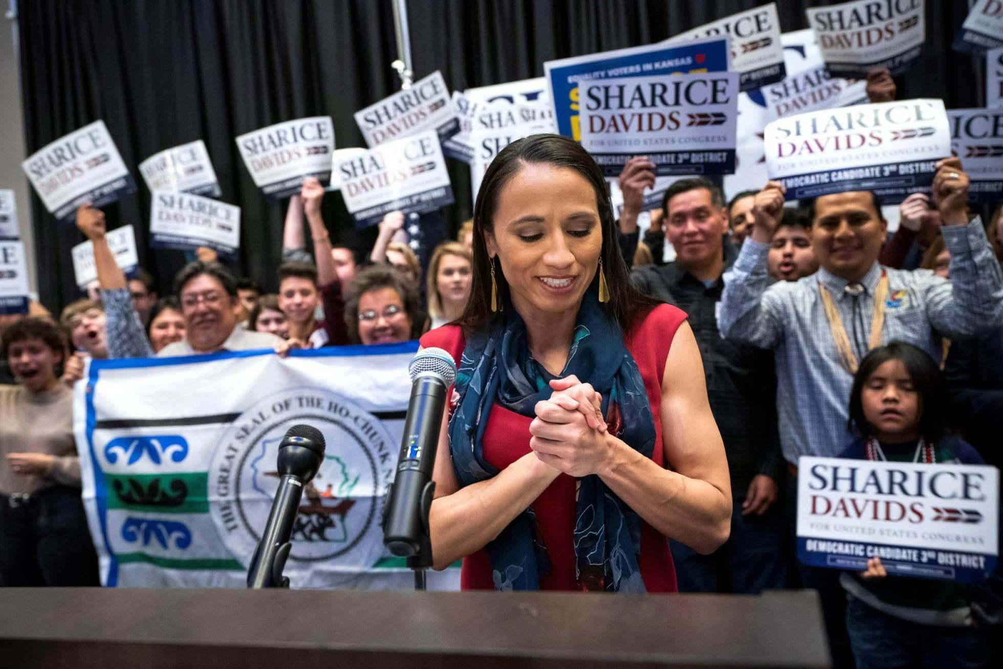 6 La candidata demócrata de Kansas, Sharice Davids, en la fiesta del partido en el hotel Embassy Suites en Olathe, Kansas, el 6 de noviembre de 2018.