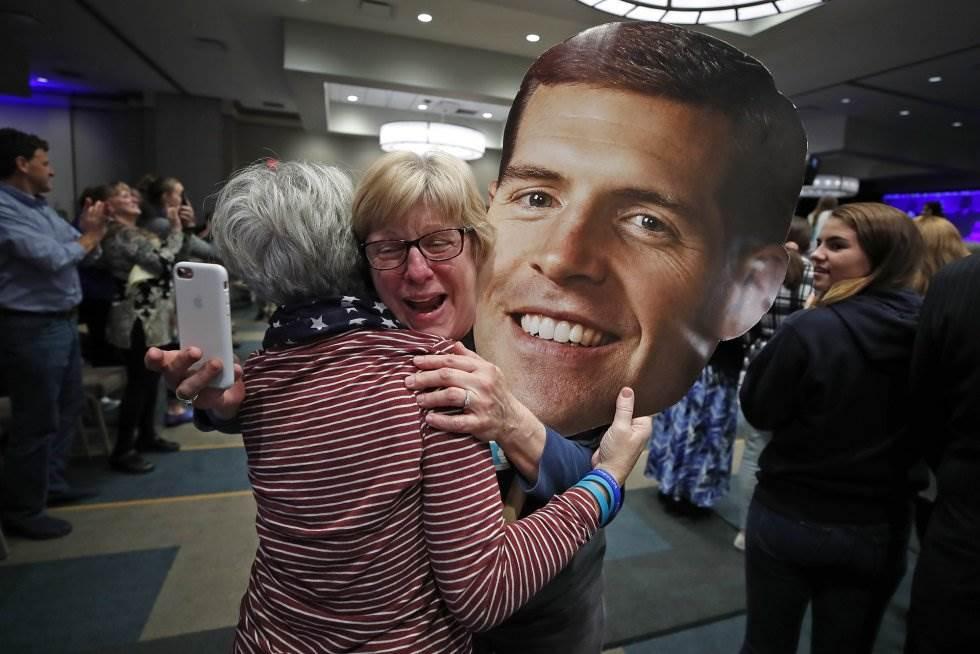7 Partidarios del republicano Conor Lamb celebran la victoria durante la noche electoral en Cranberry, en el Estado de Pensilvania, el 6 de noviembre de 2018.