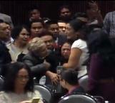 Notifican a diputada asesinato de hija en plena sesión