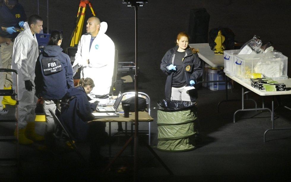 10 El equipo forense trabaja en la escena del tiroteo, en Thousand Oaks, un suburbio en las afueras de Los Ángeles (California).