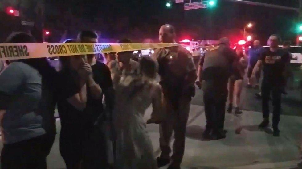 12 Agentes de policía bloquean el acceso al bar Borderline con un cordón policial. El local se halla en Thousand Oaks, un suburbio en las afueras de Los Ángeles.
