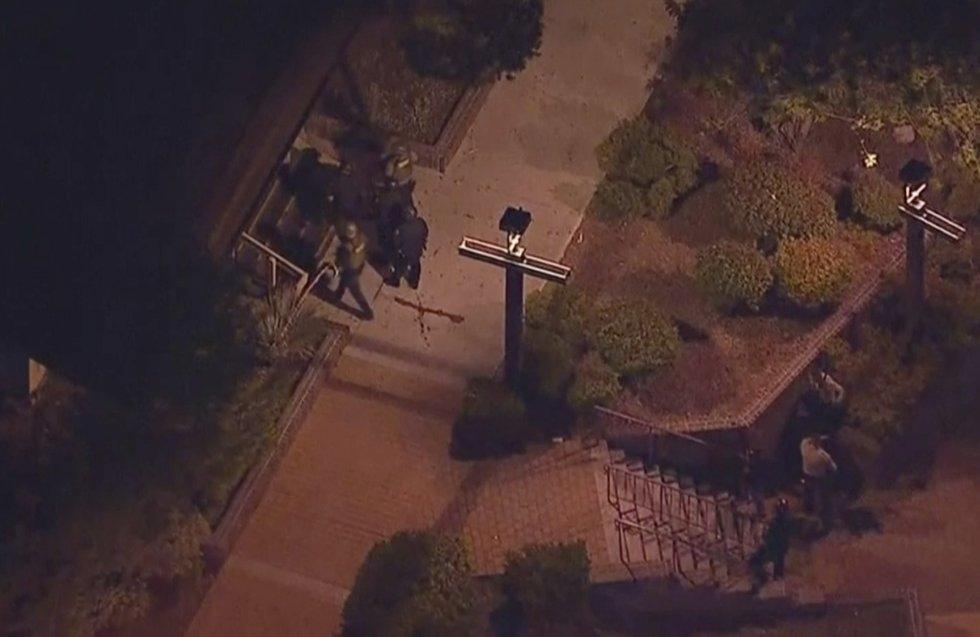 13 Varios agentes de policía intentan acceder al lugar en el que se ha producido el suceso, en Thousand Oaks, un barrio de las afueras de Los Ángeles (California).