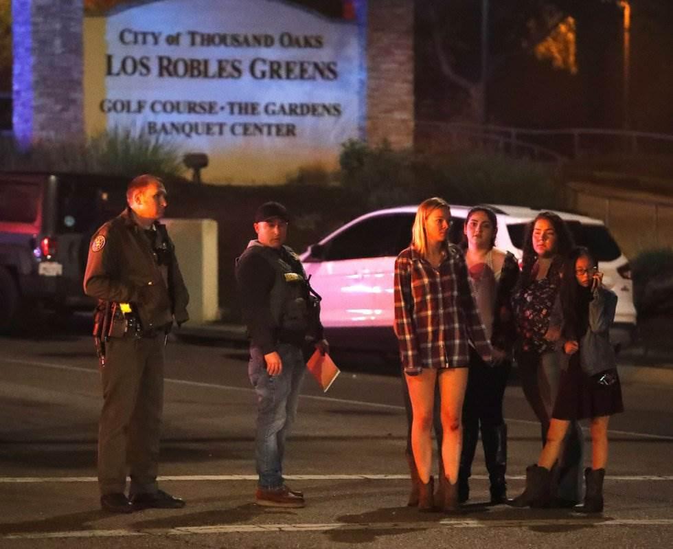 15 Un grupo de jóvenes espera noticias de las personas que se encontraban en el bar Borderline, local atacado por un exmarine en Thousand Oaks, en las cercanías de Los Ángeles.