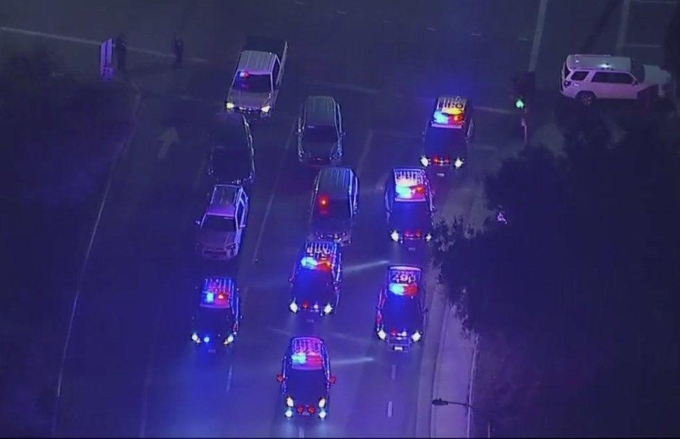 16 Varios vehículos policiales bloquean el acceso al bar Bordeline, en Thousand Oaks (California) donde se ha producido el tiroteo, y en el que han perdido la vida al menos 12 personas. El atacante está muerto.