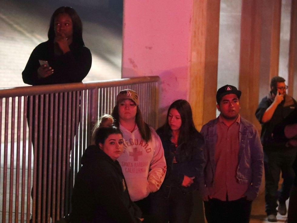 18 Allegados de las personas que asistían a la fiesta en el bar Borderline, donde se han producido los hechos esperan noticias en las inmediaciones, en Thousand Oaks, cerca de Los Ángeles.