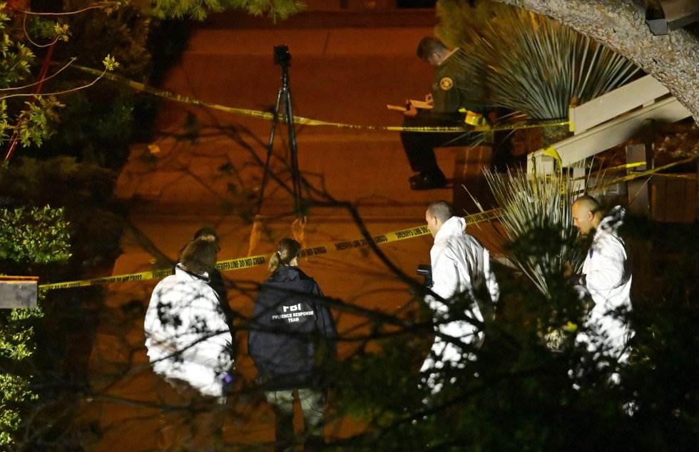 2 Efectivos forenses en la escena del crimen, en Thousand Oaks, un suburbio en las afueras de Los Ángeles (California).