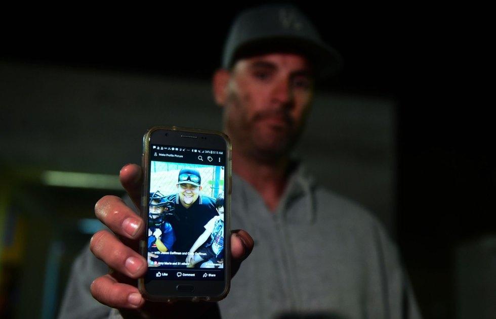 3 Jason Coffman muestra una foto de su hijo, que se encontraba en el interior del bar Borderline en el momento del tiroteo, en Thousand Oaks, un suburbio en las afueras de Los Ángeles (California).