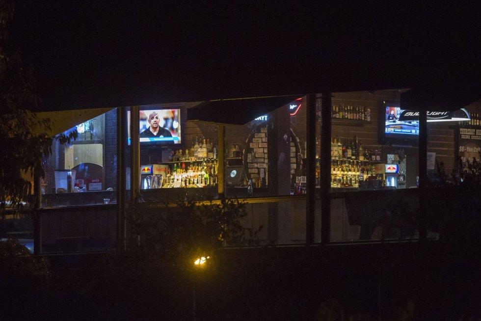 5 Un policía vigila las inmediaciones del bar donde se he producido el tiroteo masivo, en Thousand Oaks, un suburbio en las afueras de Los Ángeles (California).