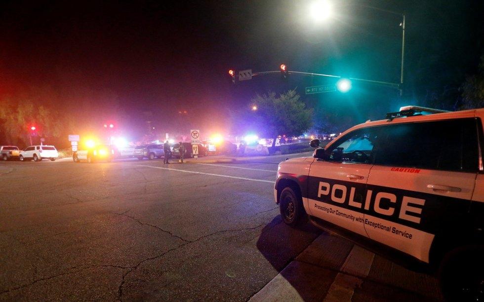 6 Un coche de policía en las inmediaciones del lugar donde se ha producido el tiroteo, en Thousand Oaks, un suburbio en las afueras de Los Ángeles (California).