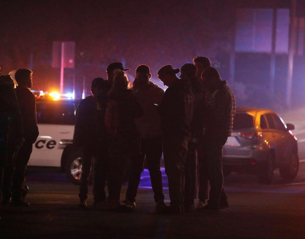 7 Amigos de los presentes en el tiroteo del bar Borderline esperan para recibir noticias, en la localidad de Thousand Oaks, un suburbio en las afueras de Los Ángeles (California).