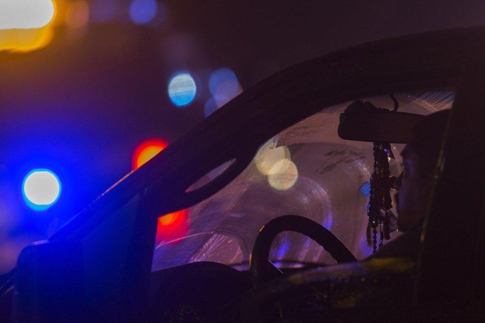 9 Un conductor pasa por la escena del tiroteo.