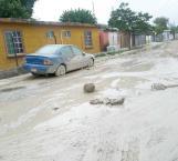 Sufren vecinos y alumnos por fuga de aguas negras