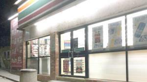 Agarra parejo asaltante en tienda de conveniencia