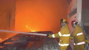 Controlan bomberos peligroso incendio en tarimera en Campestre