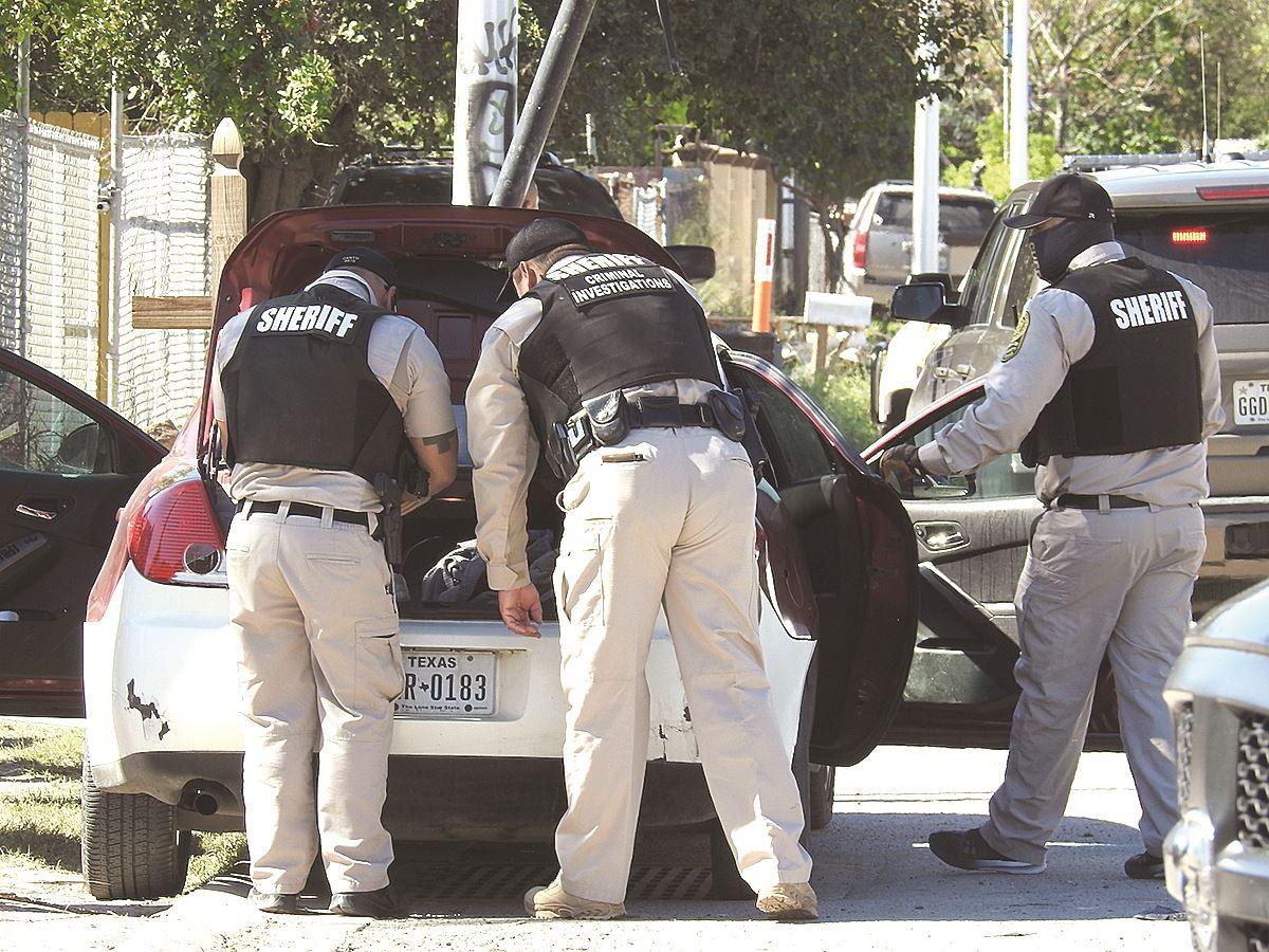 FUGITIVO. Oficiales del Sheriff ejecutaron una orden de cateo en busca de un fugitivo.