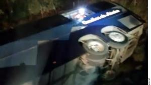 Mueren 7 personas tras volcar autobús en NL
