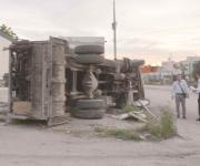 Aparatosa volcadura de camión