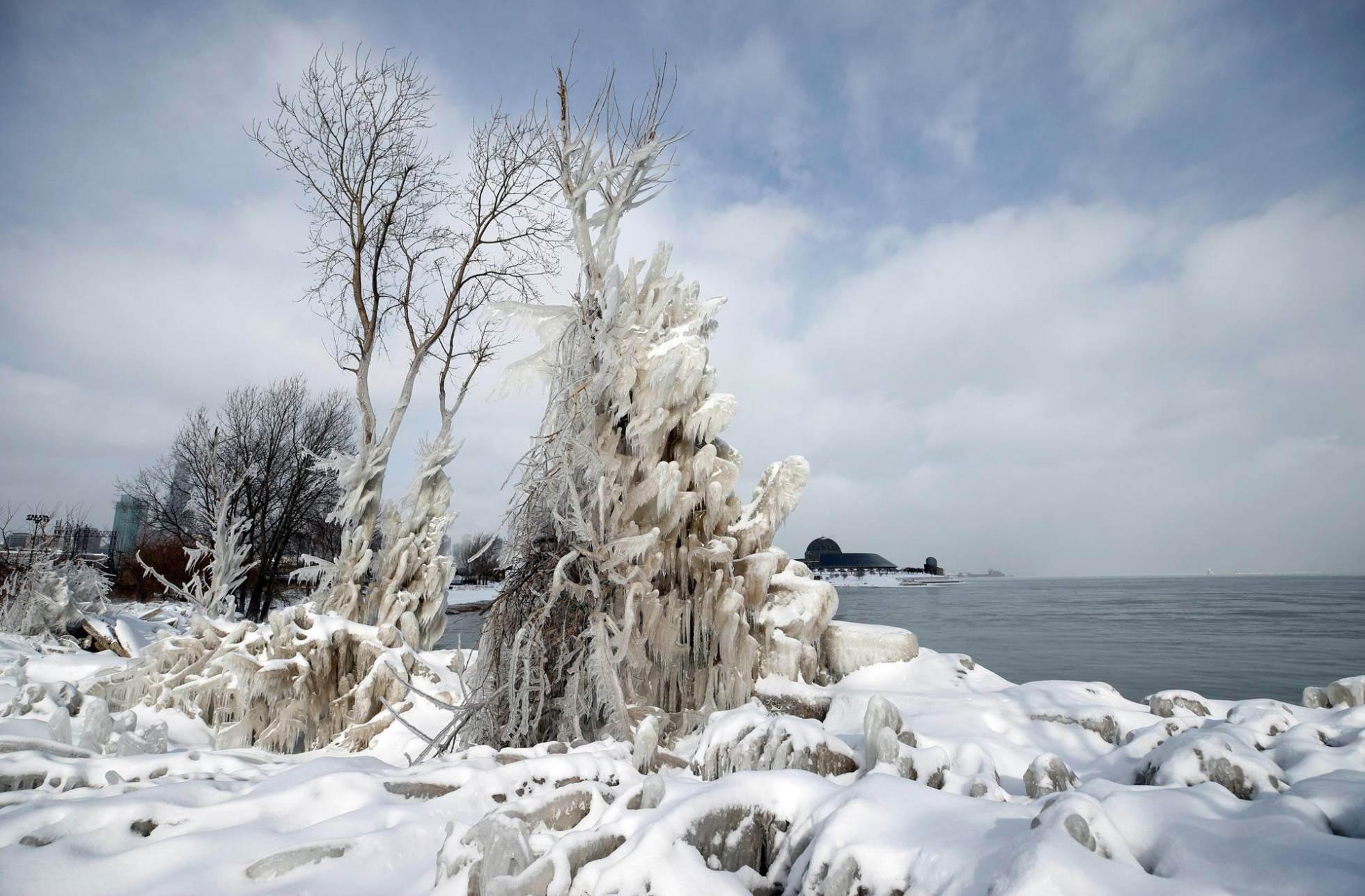 Vista de las aguas heladas del lago Michigan en Chicago.