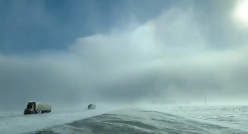 Camiones circulan en medio de fuertes nevadas cerca de Fargo (Dakota del Norte), el 29 de enero.