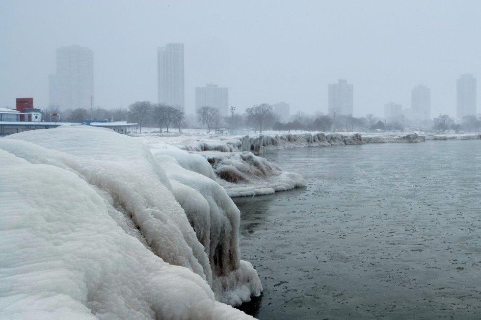 La ciudad de Chicago vista desde el lago Michigan, con sus orillas cubiertas de hielo, durante la ola polar que atraviesa el este de los Estados Unidos.