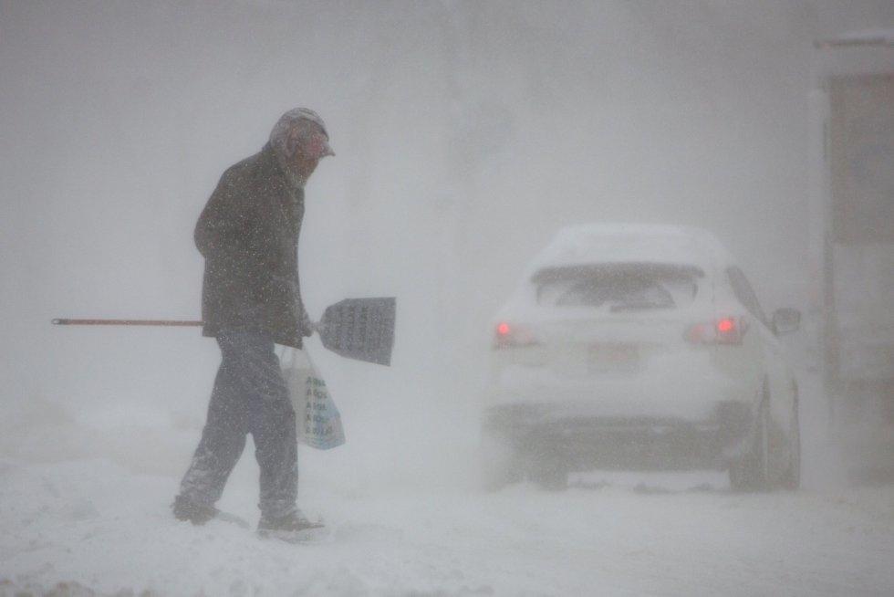 Un hombre camina por una calle nevada durante la ola polar en Bufalo, el 30 de enero de 2019.